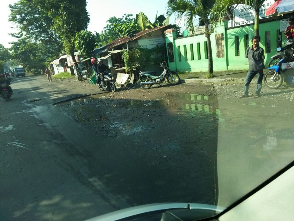 Jadmiko, Purbayan : Jalan Rusak di depan SDN Cemani, Sukoharjo