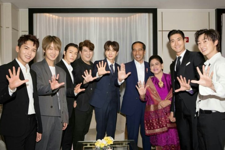 Super Junior Foto Bareng Jokowi di Korea