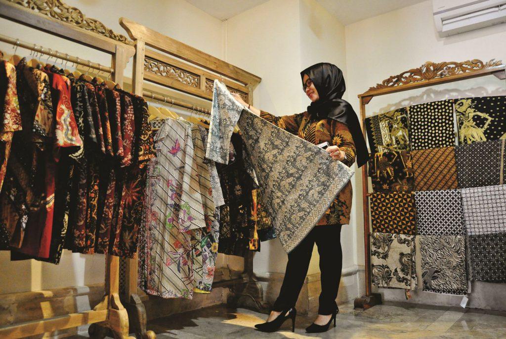 Sambut Hari Batik Nasional, Lorin Bagikan Bingkisan Menarik