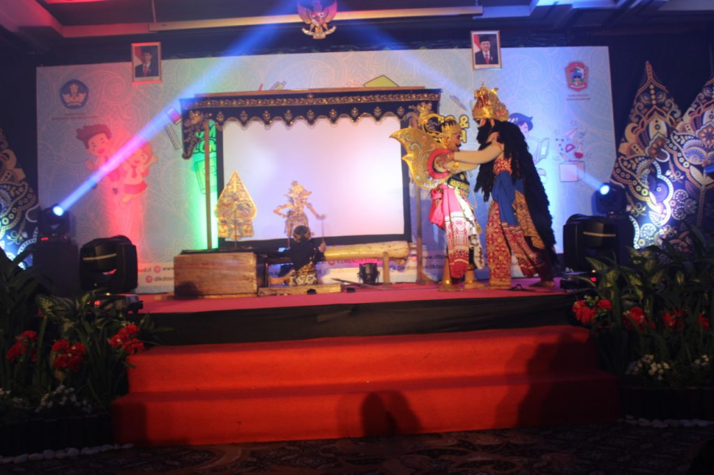 Kolaborasi Pentas Wayang Kulit Berbahasa Indonesia oleh Siswa SD Muhi