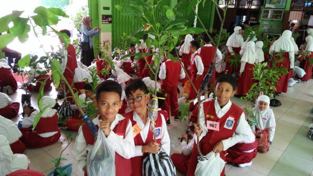 Siswa SD Muhammadiyah 1 Solo Praktik Mencangkok Tumbuhan