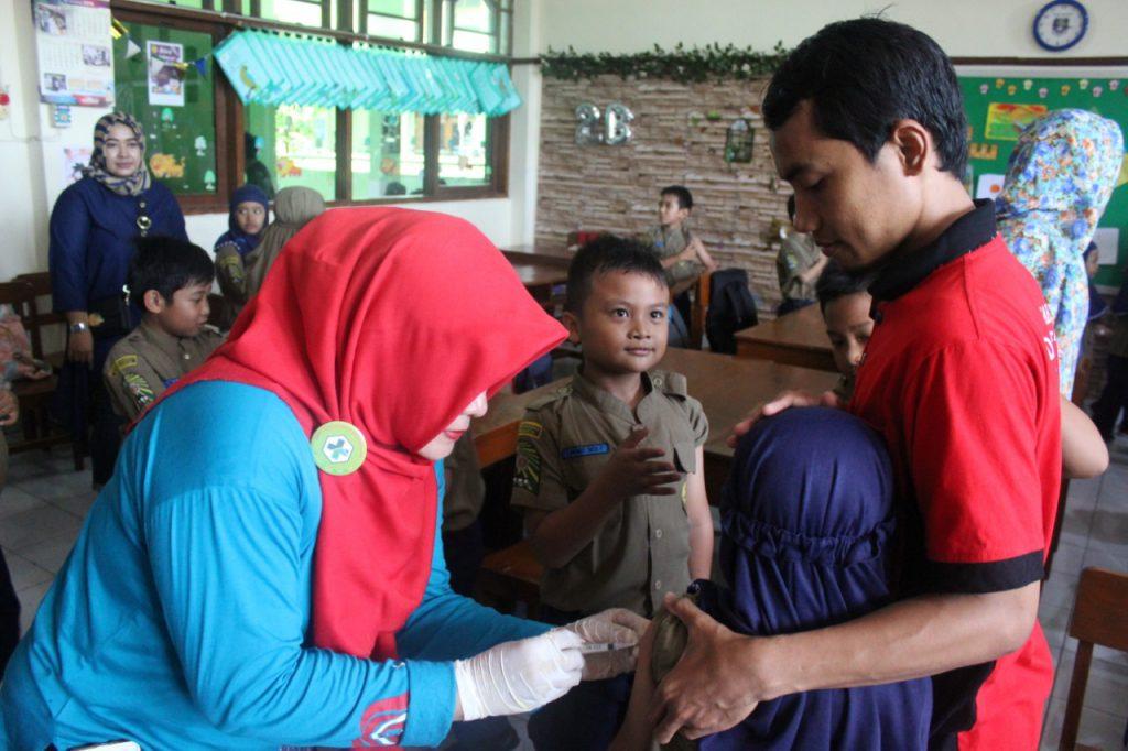 Siswa SD Muhammadiyah 1 Ketelan Solo Diimunisasi DT/Td, Jum'at (16/11/2018).