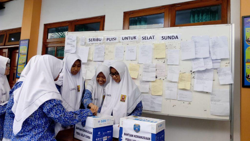 Seribu Puisi untuk Korban Tsunami Selat Sunda karya para siswa di SMP Muhammadiyah PK Kottabarat Solo, Rabu (9/1/2019).