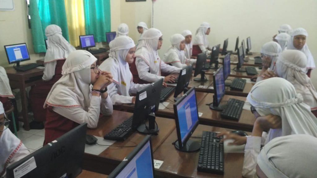 Ratusan Siswa SD Muh 1 Solo Belajar Mengerjakan Soal Sistem CAT