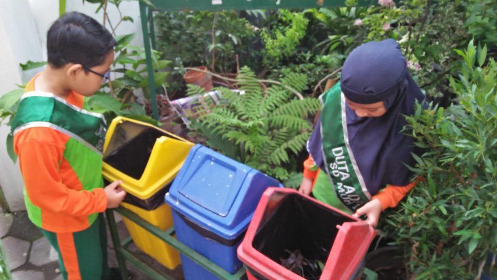 "Delapan siswa Sekolah Dasar Swasta Rujukan (SDSR) SD Muhammadiyah 1 Ketelan Solo memperoleh kesempatan menjadi duta adiwiyata ""hidup lebih indah tanpa sampah plastik"" yang secara simbolis telah dilantik oleh kepala sekolah dengan selempang yang terbuat dari kain, diberi identitas Duta Adiwiyata."