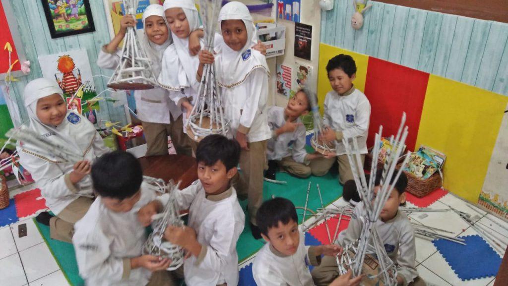 Serunya Siswa SD Muh 1 Solo Belajar Kreasi Koran Bekas