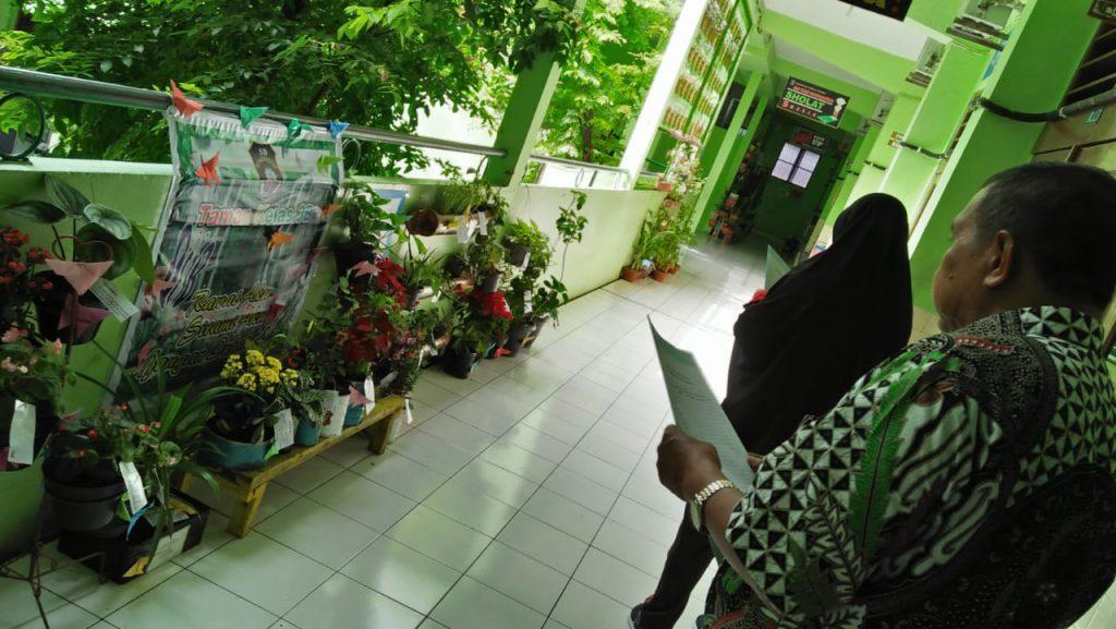 Juri dari Korwil III Pengawas Gugus II, Drs. Mulyanto, M.Pd bersama tim sedang menilai taman pada lomba taman yang digelar SD Muhammadiyah 1 Solo, Jum'at (8/3/2019). Piala bergilir kepala sekolah siap diperebutkan dan juara 1, 2, 3 dari kelas I hingga VI.