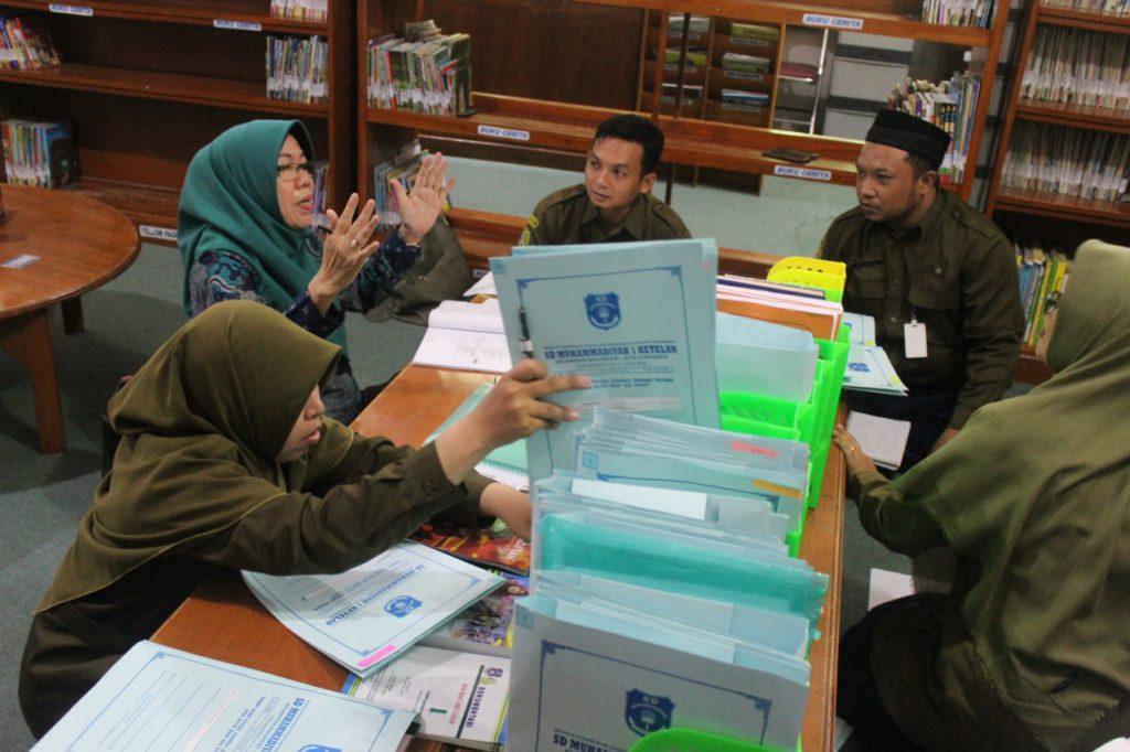 Tim Asesor Perpusnas RI Akreditasi Perpustakaan SD Muhammadiyah 1 Ketelan Solo