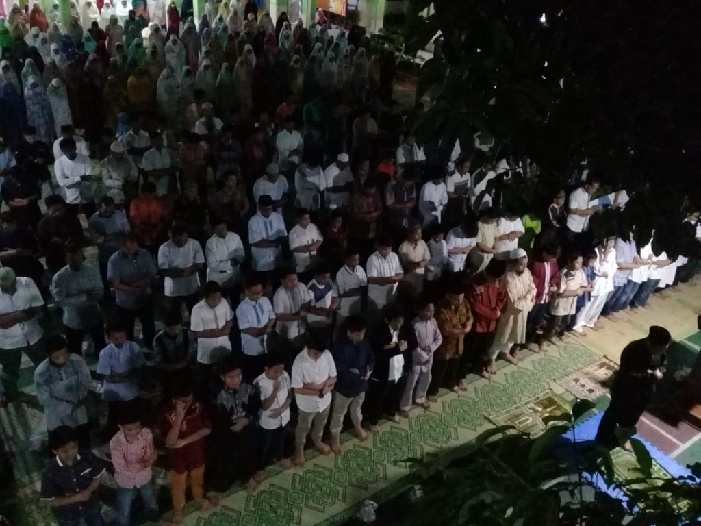 Hadapi UASBN sebanyak 156 siswa SD Muhammadiyah 1 Ketelan Solo Jawa Tengah bersama 64 guru, karyawan dan wali murid gelar sholat lail bersama di halaman sekolah, Kamis (11/4/2019).