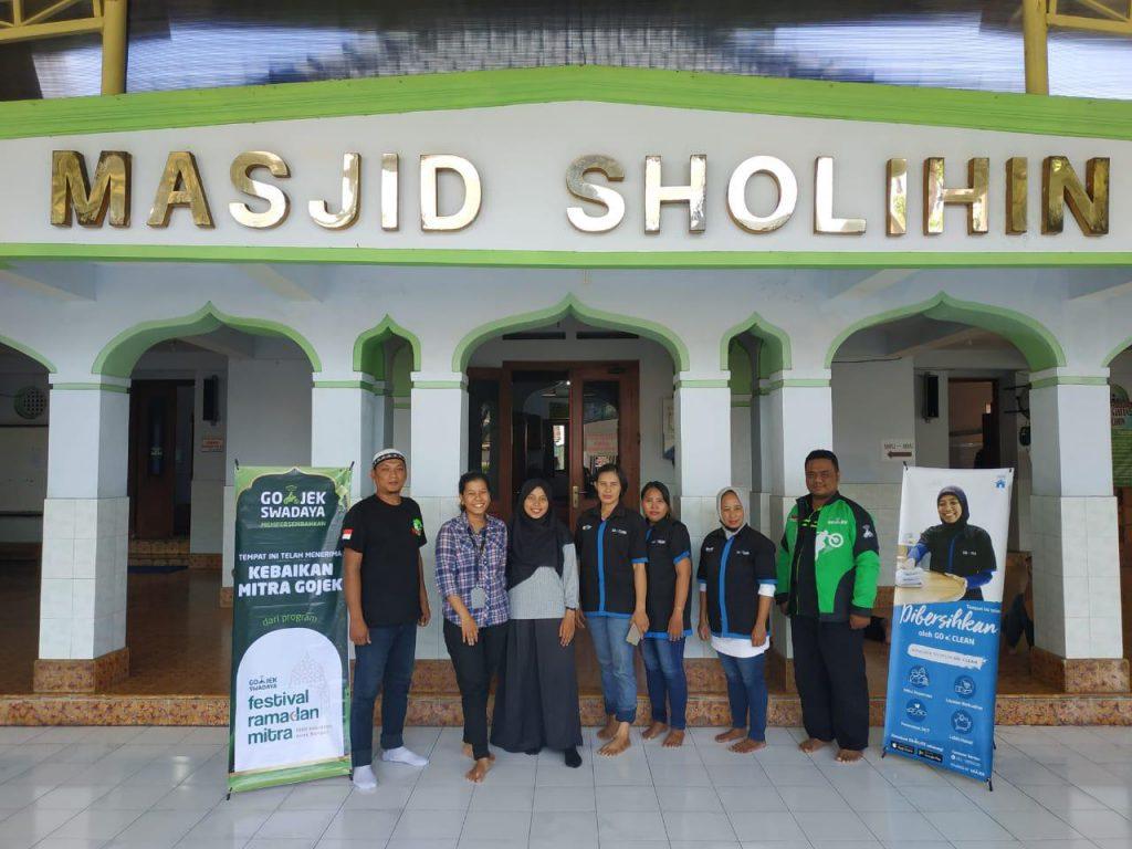 GOJEK Solo Gelar #CariKebaikan Bersih-Bersih Masjid