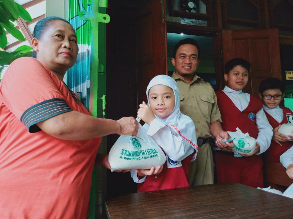 Perkuat Jiwa Sosial, SD Muhammadiyah 1 Ketelan Solo Salurkan 700 Paket Zakat Fitrah