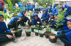 SMP Muhammadiyah PK Kottabarat Solo Ajak Siswa Bertanam Di Pot Saat MPLS