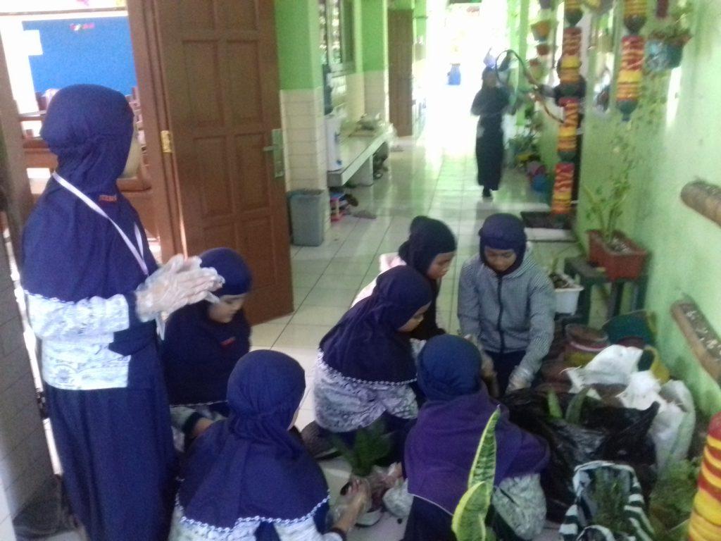 Para siswa antusias membuat taman kelas