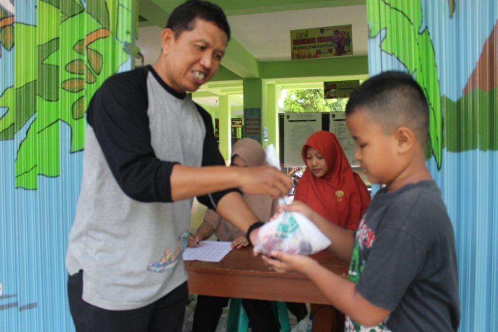 Pembagian daging Qurban di SD Muhammadiyah 1 Ketelan Solo