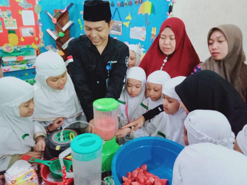 Hari Pelanggan Nasional, Siswa SD Muhammadiyah 1 Solo Antusias Minum dan Belajar Bikin Jus