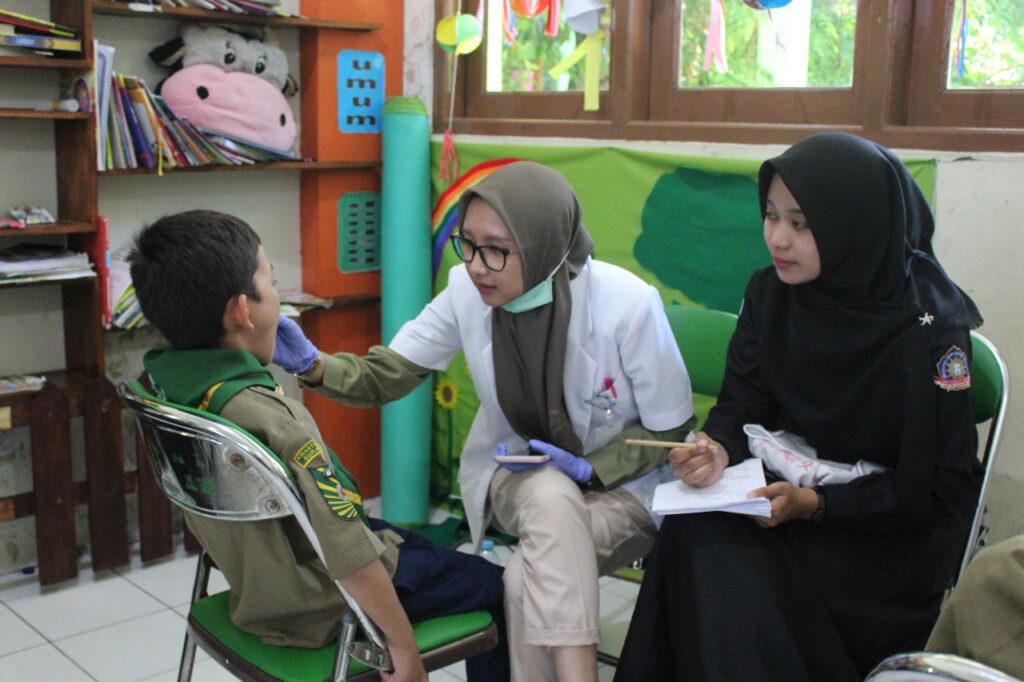 Tingkatkan Kesadaran Kesehatan Gigi, Ratusan Siswa SD Muhammadiyah 1 Ketelan Solo Ikuti Screaning