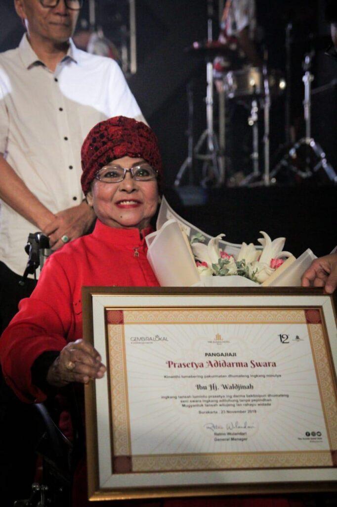 Rayakan HUT ke-12, The Sunan Hotel Solo Beri Penghargaan Ke Penyanyi Keroncong Waldjinah