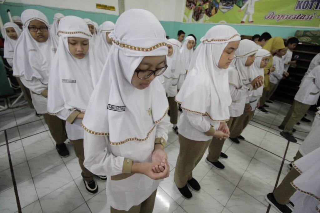 "Sejumlah 481 siswa kelas I sampai VI SD Muhammadiyah Program Khusus Kottabarat Solo menggalangan dana untuk korban bencana dengan tajuk ""Peduli Bencana Banjir dan Tanah Longsor"" di hall sekolah, Rabu (8/1/2020)."