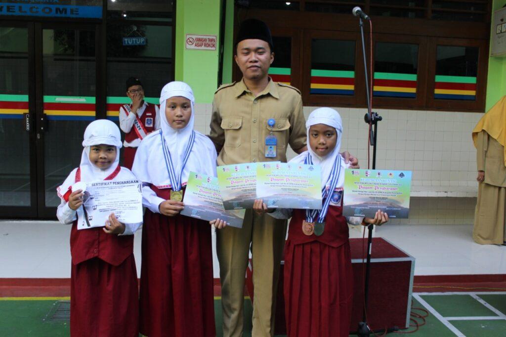 Tiga Siswa SD Muhammadiyah 1 Ketelan Sabet Juara Renang dan Matematik