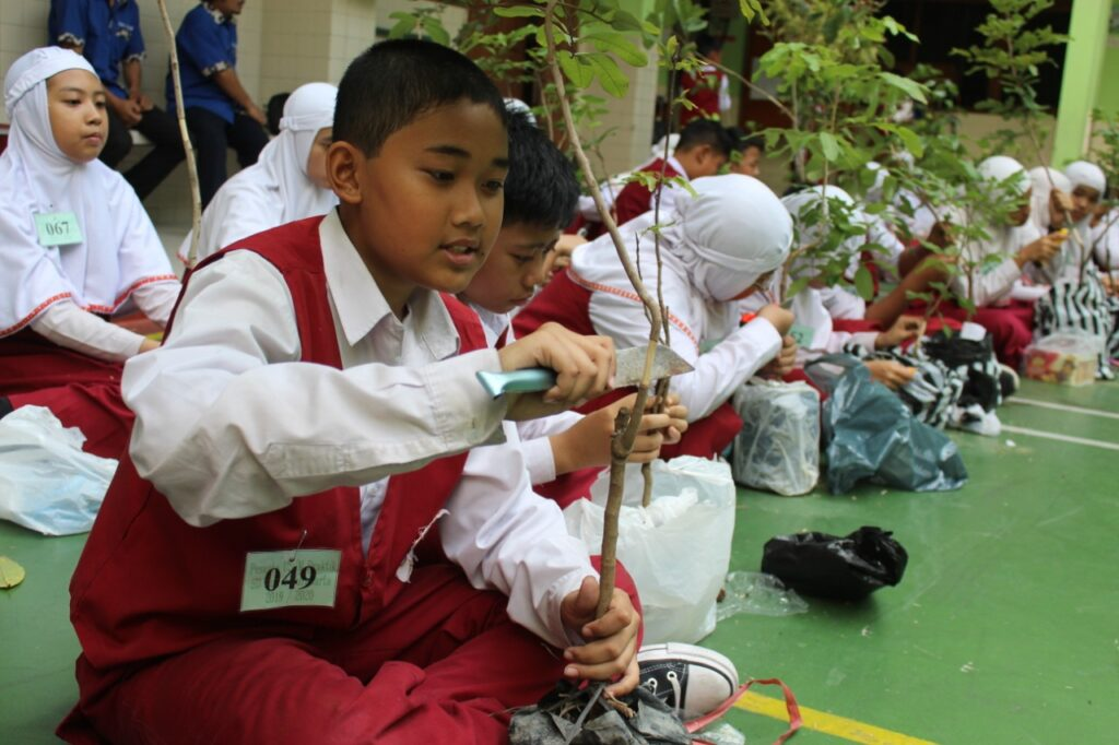Ratusan Siswa siswa SD Muhammadiyah 1 Ketelan Solo Belajar Mencangkok Tanaman