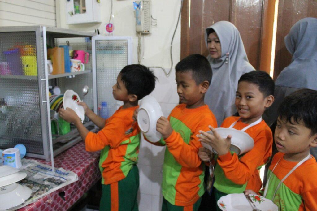Kurangi Limbah Plastik, Siswa SD Muhammadiyah 1 Ketelan Solo Wajib Bawa Piring Gelas Sendiri