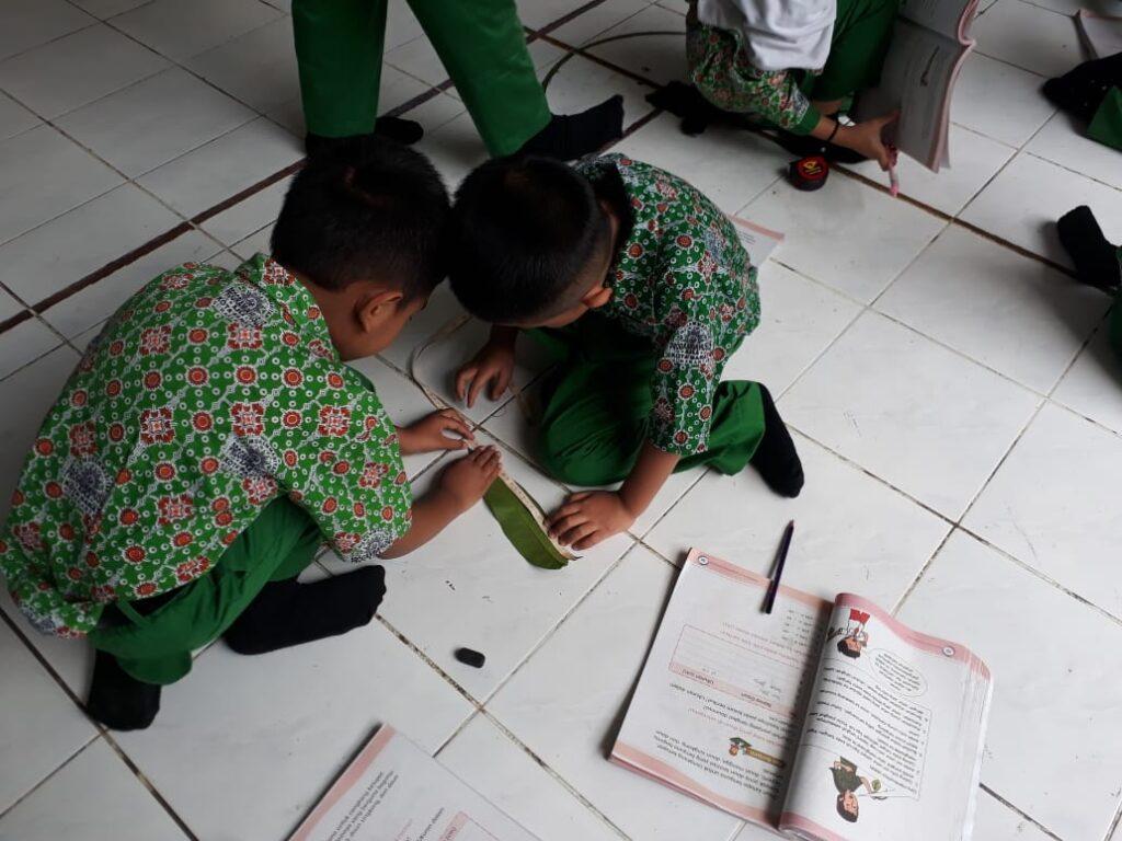Belajar Menyenangkan, Siswa SD Muhammadiyah PK Kottabarat Solo Eksplorasi Lingkungan