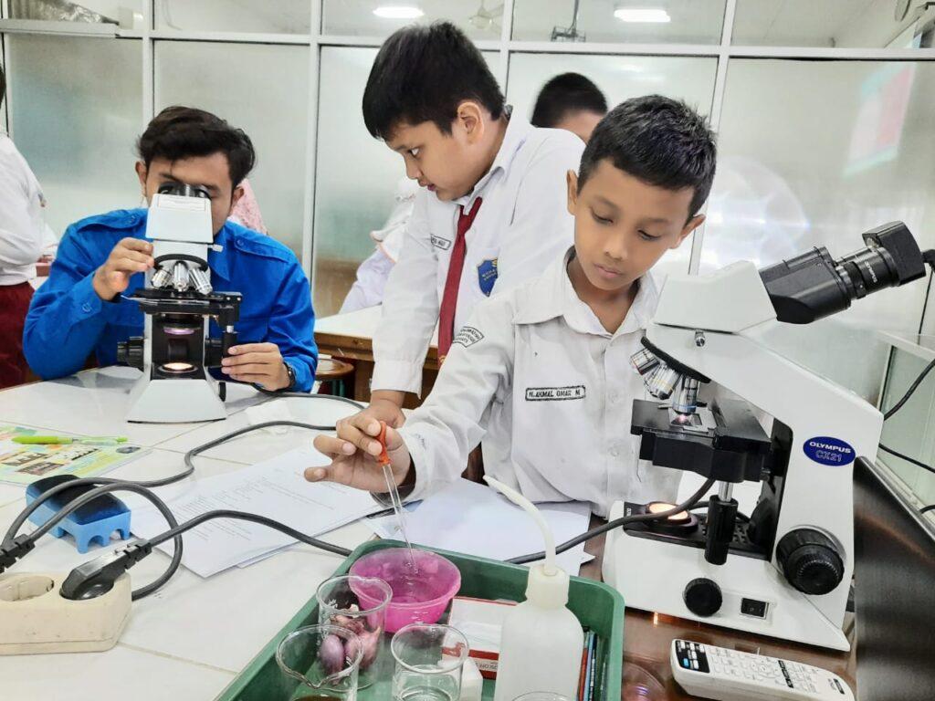 Serunya Sains Club SD Muhammadiyah PK Kunjungi Laboratorium Biologi UMS