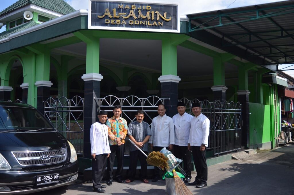Rayakan Milad Ke-6 Syariah Hotel Solo Bagikan Bantuan ke Musholla