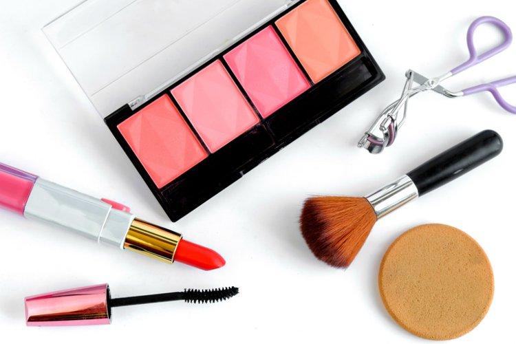 Wanita Tetap Pakai Makeup Saat Kerja di Rumah untuk Jaga Kewarasan